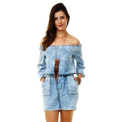 Modelo usa macquinho feminino jeans desbotado ombro a ombro.