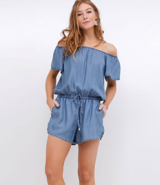 74c95370b6 Modelo usa macaquinho feminino curto jeans ombro a ombro.