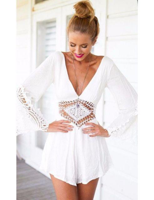 Modelo veste macaquinho feminino branco com detalhes de renda.