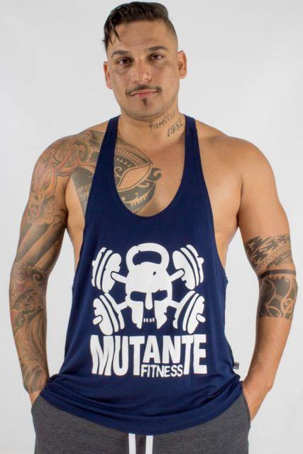 Homem tatuado usando uma regata cavada masculina para academia com a frase