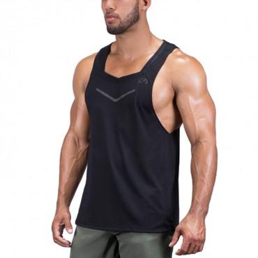 Foto do tronco de um homem vestindo uma regata cavada masculina para  academia preta sem estampa 12e7c74d0f0d0