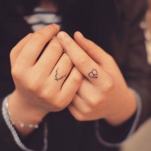tatuagem delicada dedo