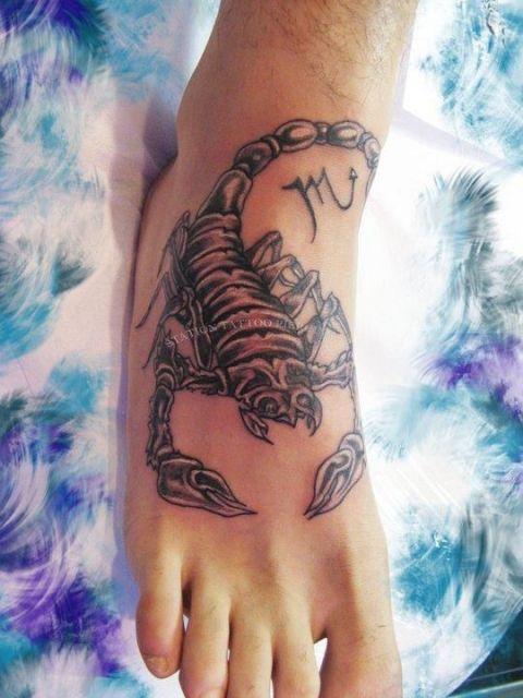 Tatuagem de um escorpião feita no peito de pé.