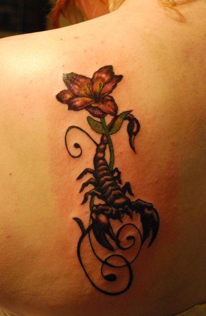 Tatuagem na lateral das costas de um escorpião com uma rosa entrelaçada em seu ferrão.