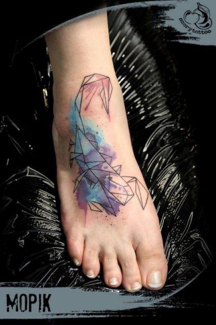 Tatuagem de escorpião feita no peito do pé com o uso de aquarela.