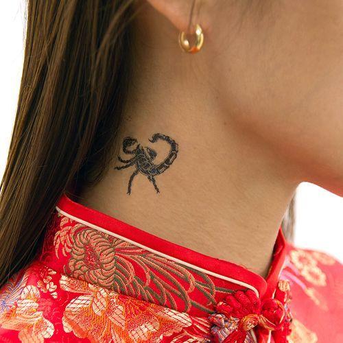 Tatuagem de escorpião simples feita na parte lateral do pescoço.