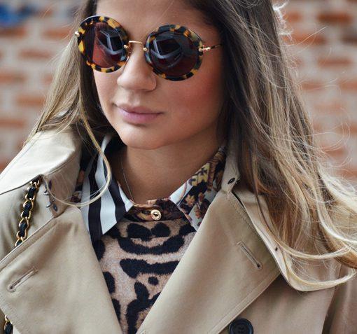 257ce3a1c Modelo usa blusa estampa de onça, casaco nude e óculos estilo tartaruga  redondo.