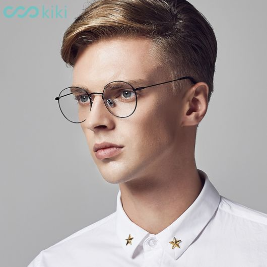 Modelo usa camiseta polo branca e óculos masculino de grau armação fininha.