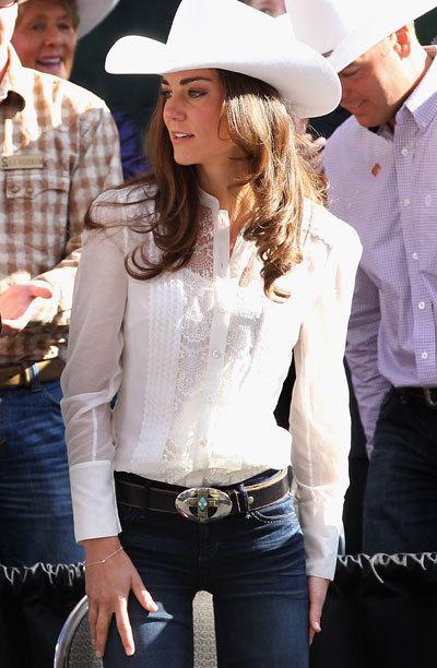 Modelo usa calça jeans azul escura, camisa branca e chapéu country feminino.