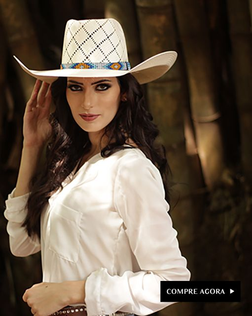 Modelo usa chapéu coutry detalhes vazados, camisa branca e cabelo solto.