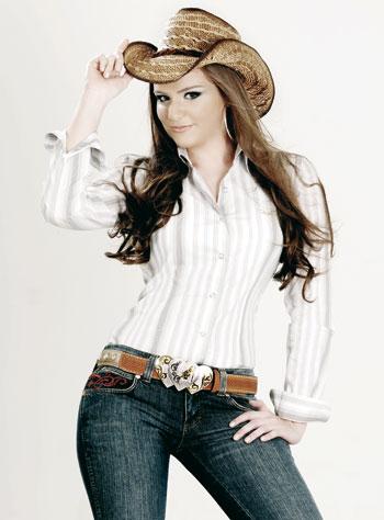 Modelo usa calça jeans, camisa branca, cinto marrom e chapéu country de palha.