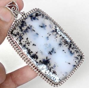 Pedra quadrada nas cores  branco,azul clarinho e preto.