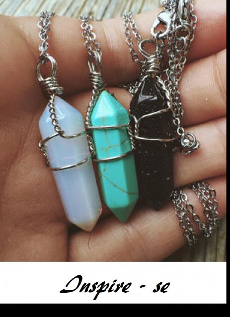 Colares de pedra nas cores azul turquesa, azul claro e pretocom corrente de metal.