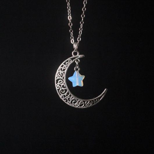 Colar de metal de lua com detalhe de estrelinha de pedra da lua azul.