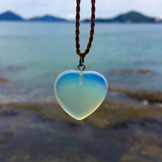 Colar de pedra azul com formato de coração.
