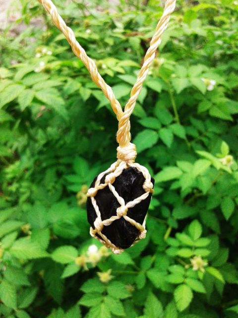 Colara de pedra preta ônix xom tramado de corda.