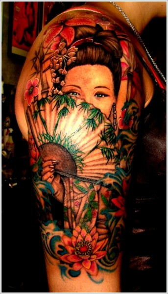 Tatuagem colorida com gueixa escondendo o rosto com leque.