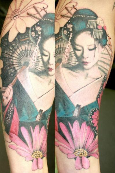 Tatuagem de gueixa grande com guarda chuva nas cores rosa, azul e preto.