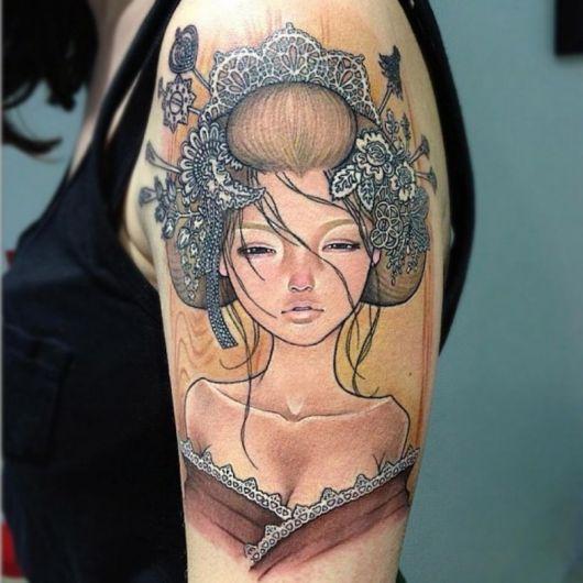 tatuagem de gueixa com mistura de desenhos americanos nas cores preto, marrom, azul e amarelo com traço bem delicado.