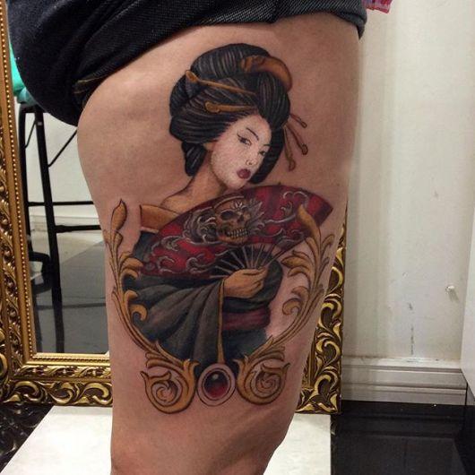 Tatuagem de gueixa colorida nas cores,azul, amarelo, vermelho, preto e rosa.