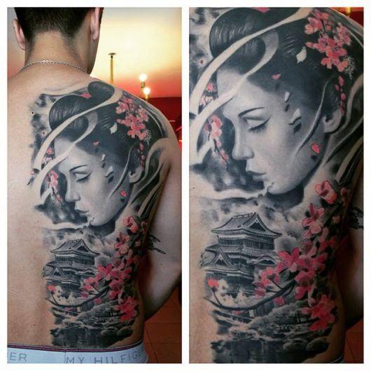 Gueixa tatuada de perfil nas cores preto e branco.