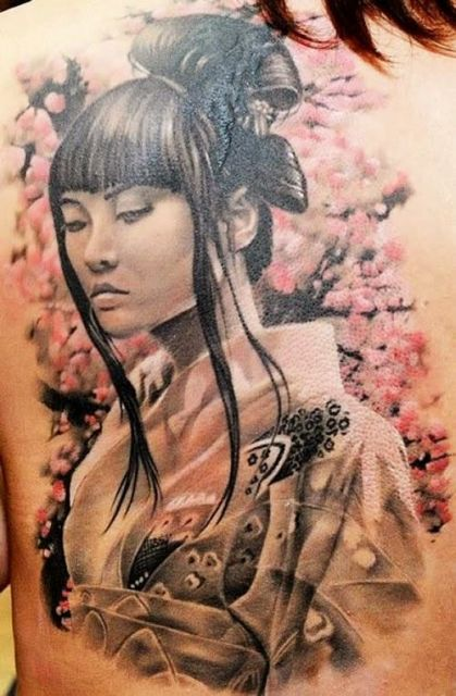 Tatuagem de gueixa com franja, nas cores preto e branco com fundo colorido cor de rosa.