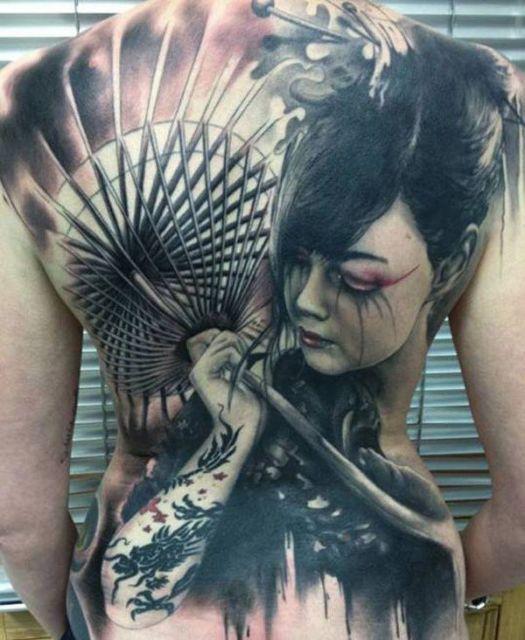 Tatuagem de gueixa com guarda chuva nas cores preto e branco modelo grande.