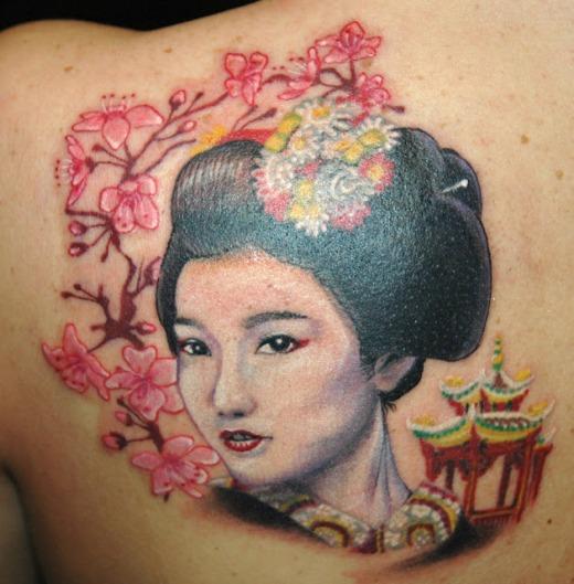 Tatuagem de rosto de gueixa colorida nas cores branco, rosa e preto.