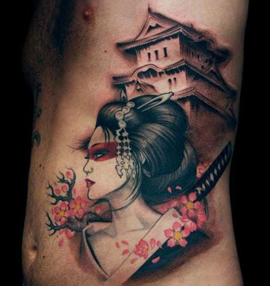 Tatuagem de gueixa de perfil com casa ao finfo colorida nas cores rosa, vermelho e preto.
