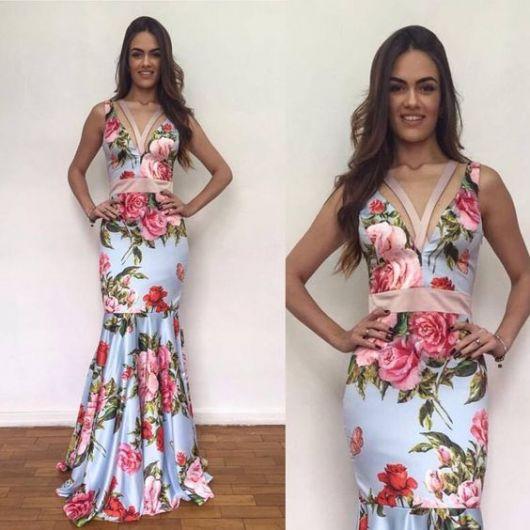 Vestido estampado, com fundo azul e flores rosas.