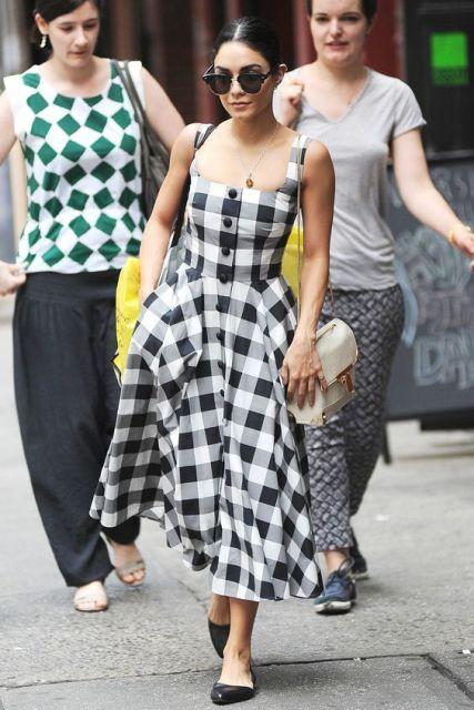 Vanessa Hudgens com vestido quadriculado.