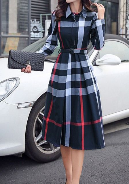 Mulher com vestido estampado e carteira preta.
