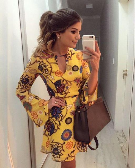 Thássia Naves com vestido amarelo estampado.