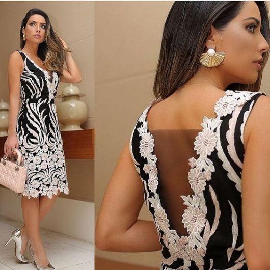 Vestido curto, preto e branco, com renda.