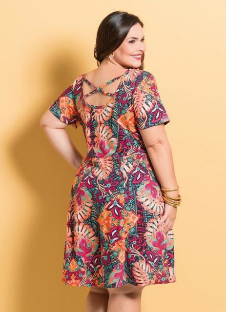 Vestido com estampa tropical.