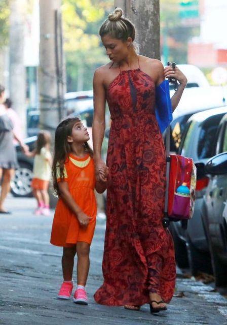 Grazi Massafera com vestido longo em passeio com a filha.