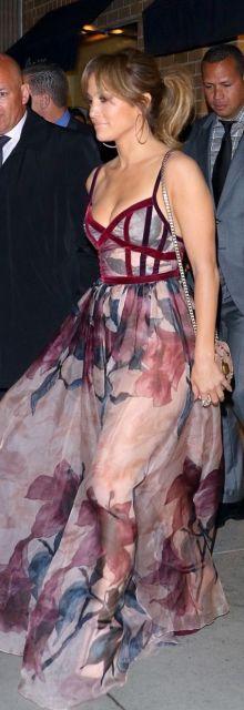 Jennifer Lopez com vestido estampado, com transparência.