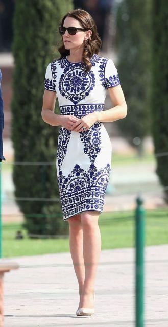 Kate Middleton com vestido branco e azul.