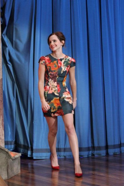 Emma Watson em programa, com vestido florido.
