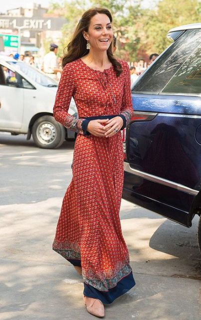 Kate Middleton com vestido estampado.