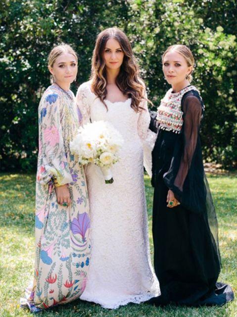As gêmeas Mary-Kate e Ashley Olsen em casamento, com noiva.