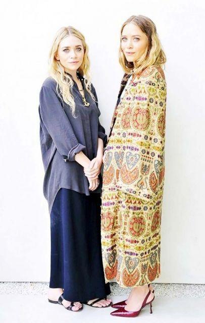 As gêmeas Mary-Kate e Ashley Olsen, uma com peças oversize.