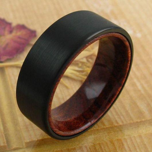 Anel de madeira preto.