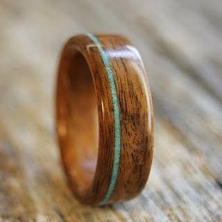 Anel de madeira com detalhe azul.