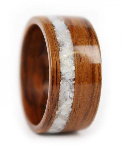 Anel de madeira com pedras.