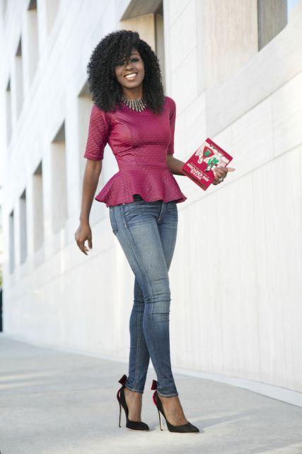 Modelo usa blusa peplum rosa, calça jeans e scarpin preto.