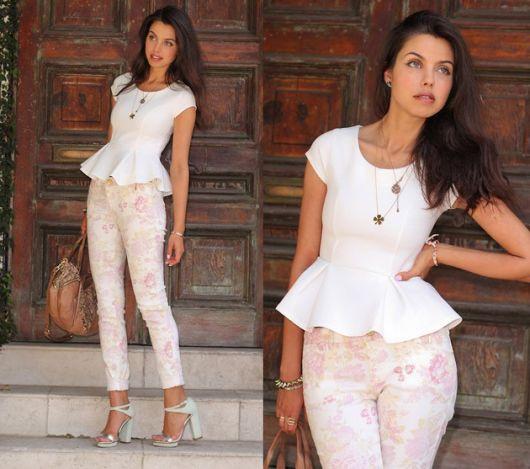 Modelo usa calça estampada, blusa peplum branca e sandalia na mesma cor.