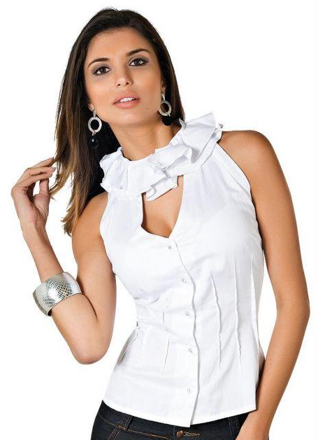 Modelo usa blusa branca com decote furadinho e gola branca de babados.