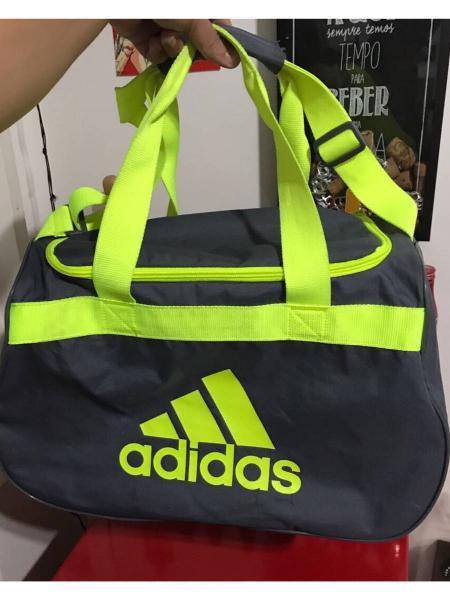 Bolsa adidas preta e verde.