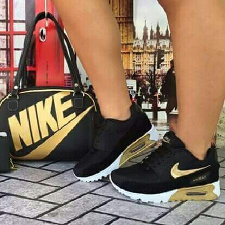 Bolsa da Nike e tênis.